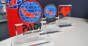PADIビジネスシンポジウムにて『PADI 優秀賞』 を受賞した様子